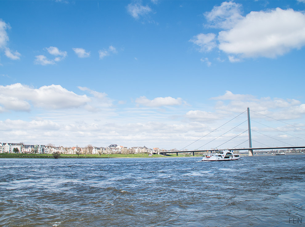 Düsseldorf Rhein Schiff Brücke