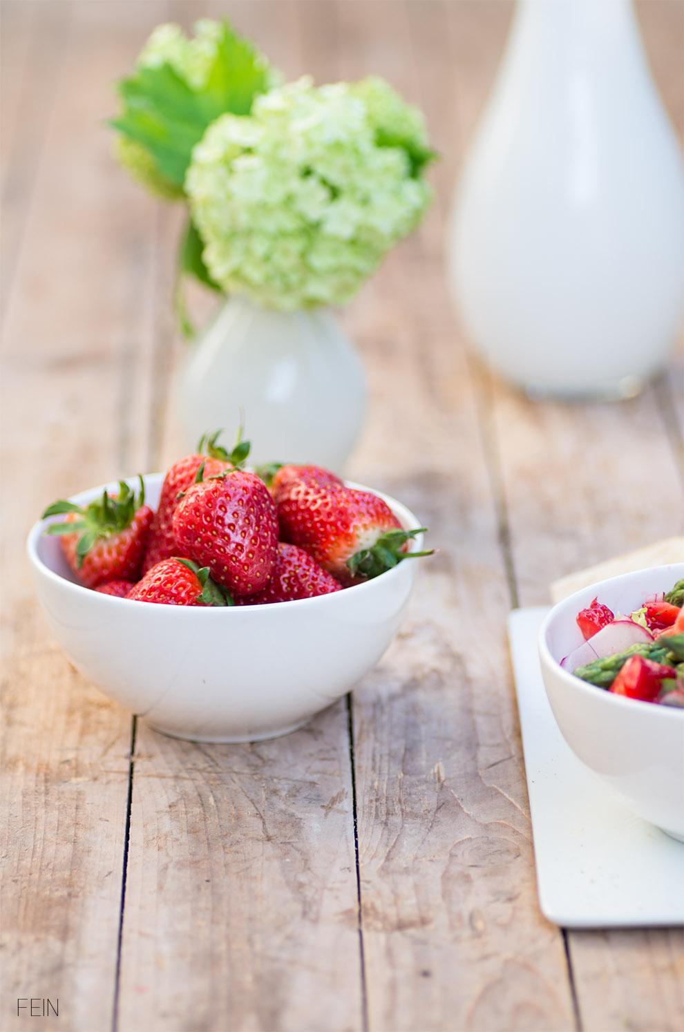 gr ner spargelsalat mit erdbeeren fein und fabelhaft. Black Bedroom Furniture Sets. Home Design Ideas