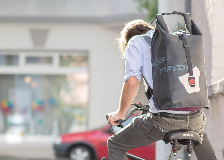 PRESS.BAG NESSIE XL - Rucksack aus Teichfolie, Werbeplane & RADKO 2.0 - G++rtel aus Fahrradreifen_-®PRESS-BAG