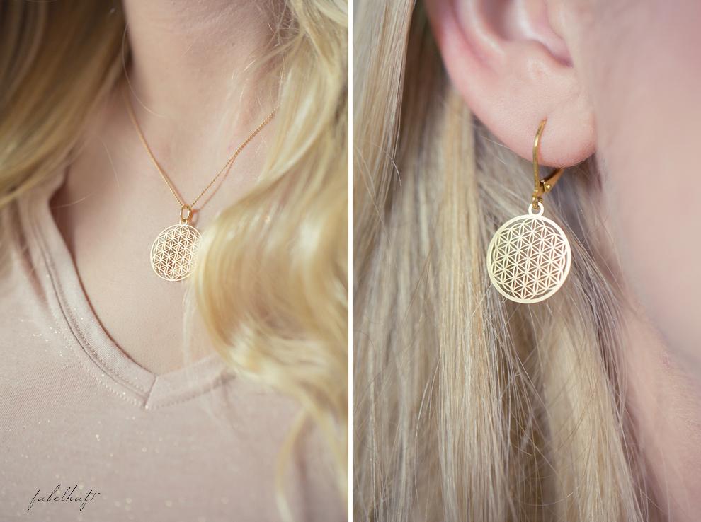 Mia&Martha Schmuckmanufaktur Gold Graphisch Kleeblatt Ohrstecker Kette Amuletten Medaillon Blond Hair Glitzershirt