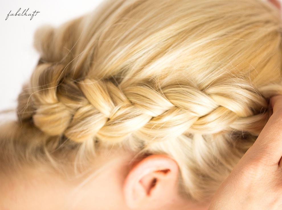 Basler Haarkosmetik langes Haar Blond Tutorial Frisuren Urban Hairstyle Messy Bun Loose Waves Dutch Crown Braid 16