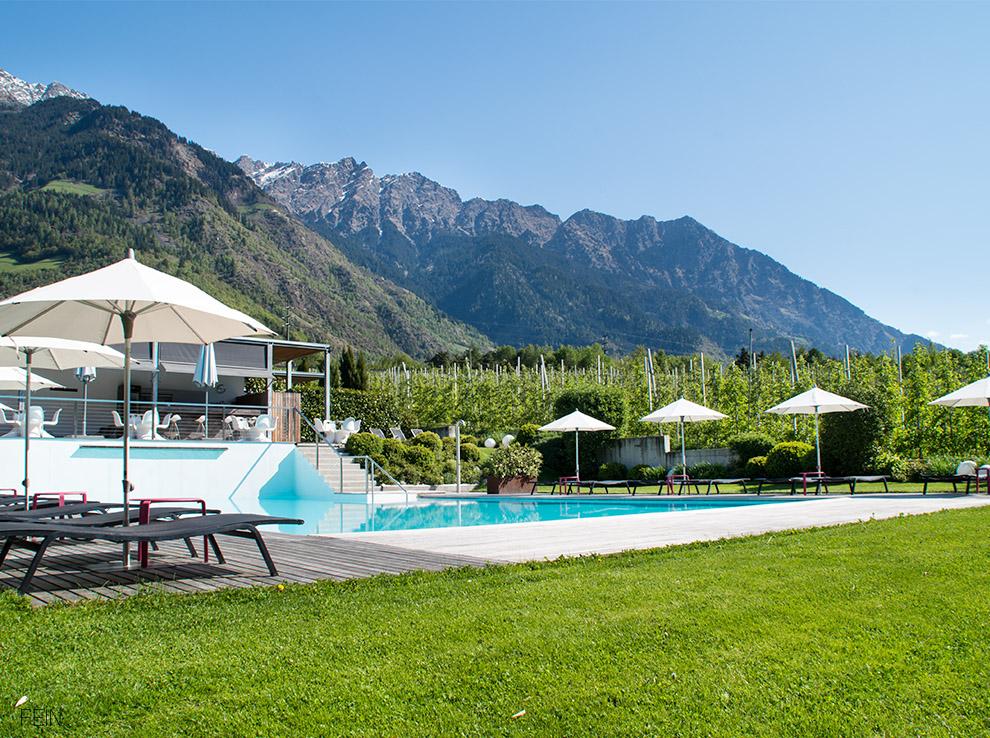 Sommerdrink Pool Designhotel Tyrol