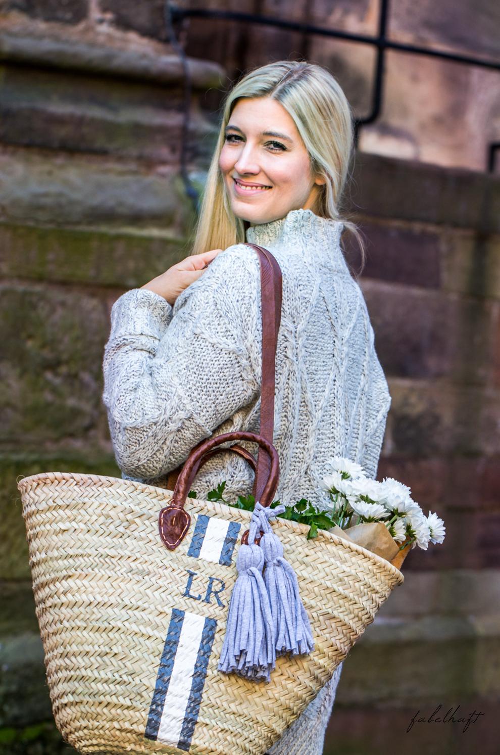 lieblingsstueck-germany-fein-und-fabelhaft-monogram-basket-bastkorb-herbst-outfit-kuschel-pullover-grau-slipper-loafer-2