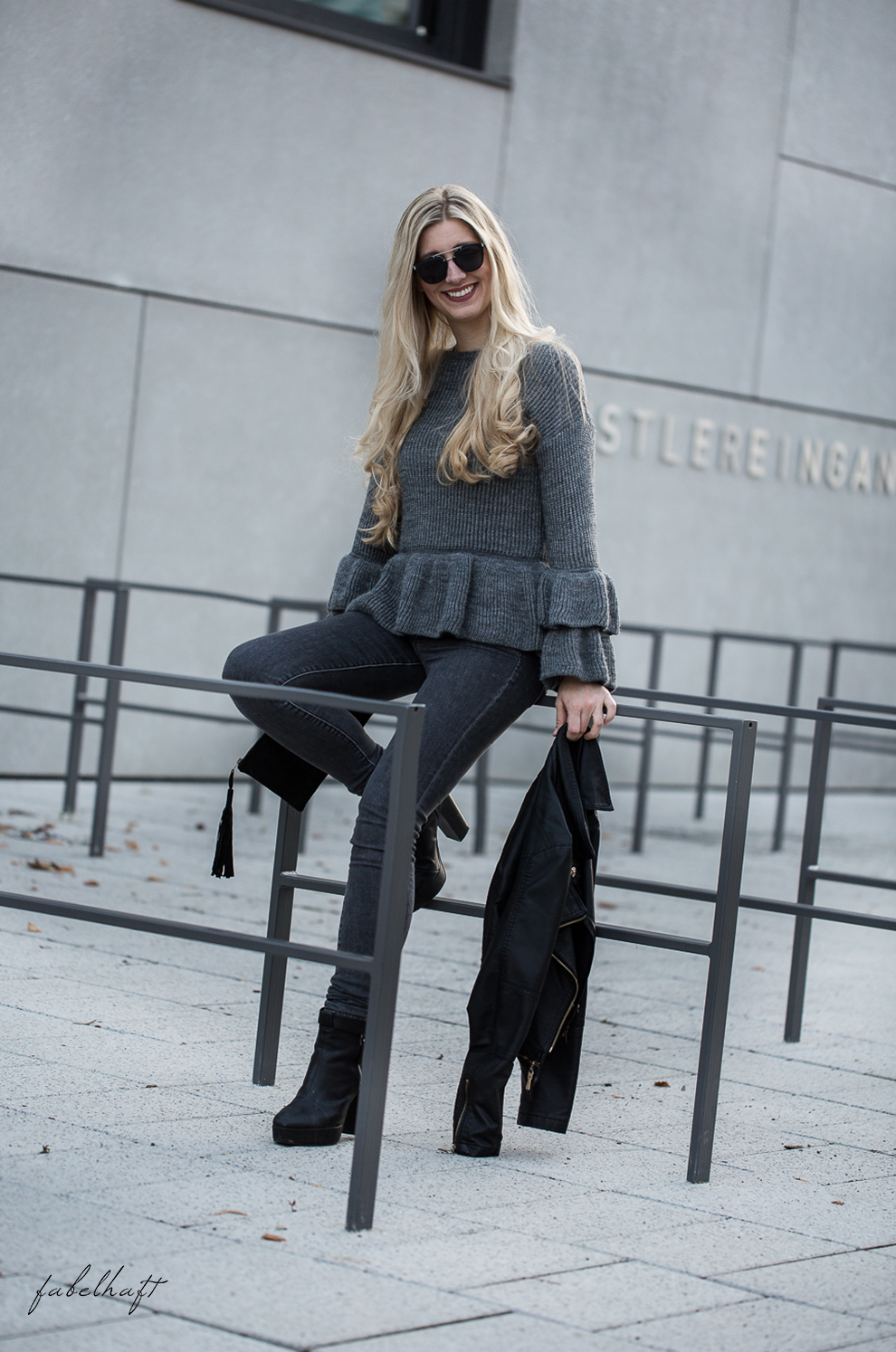 Volants Herbst Pullover Strick Cunky Jeans Grau Herbstoutfit Trend 2017 Rüschen Ruffle Steampunk Blond Beachhair Loose Waves 8