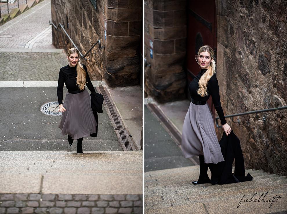 Plisseerock Outfit Fashion Style Mode Trend Grau Winter Festlich Weighnachten Cashmeremantel Sockboots Blond Fashion